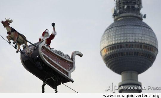 Babbo Natale ha assunto tutto il mondo (57 foto) immagini-divertenti.org