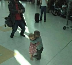 Due bambini che abbracciano immaginidivertenti.org